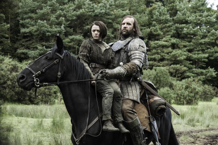 Még jó, hogy bár csak anyagi érdekekből (váltságdíj reményében), de a Hegy bátyja vigyáz Arya Starkra, a kisebbik lányra.