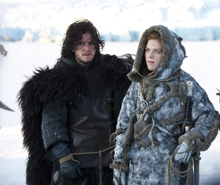 Végül lássuk Jon Snow-t, aki egész jól összemelegedik ezzel a dögös vad nővel, Ygritte-tel