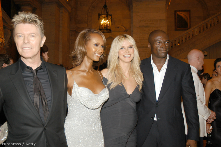 Ez pedig egy kettő az egyben kép, amin a nemrég elhunyt David Bowie látható Imannal, illetve az énekes Seal a modell Heidi Klummal.