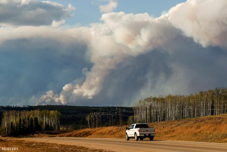 A kiszáradt erdők körülbelül tízezer hektáron lángolnak