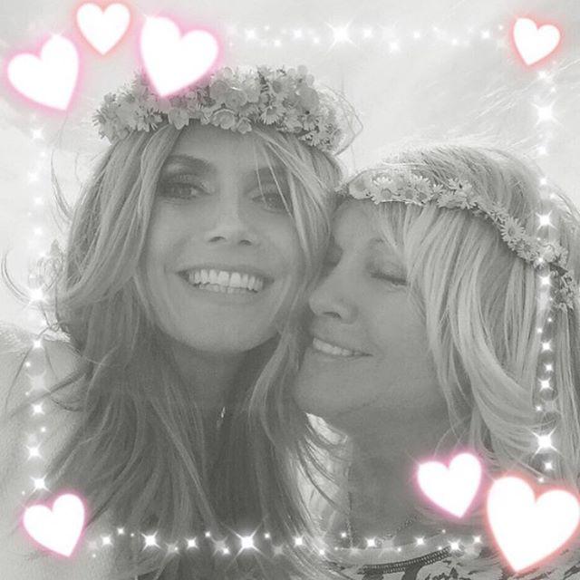 Mindig is tudtuk, hogy Heidi Klum imádja a giccset, de az anyukájával készült fotón ez el is fér