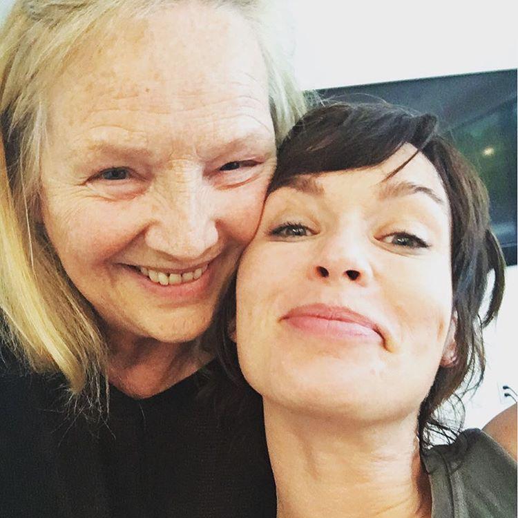 Lena Headey, a Trónok harca Cersei-je is megmutatta az anyukáját, akiről sajnos csak annyit tudunk, hogy Sue-nak hívják.