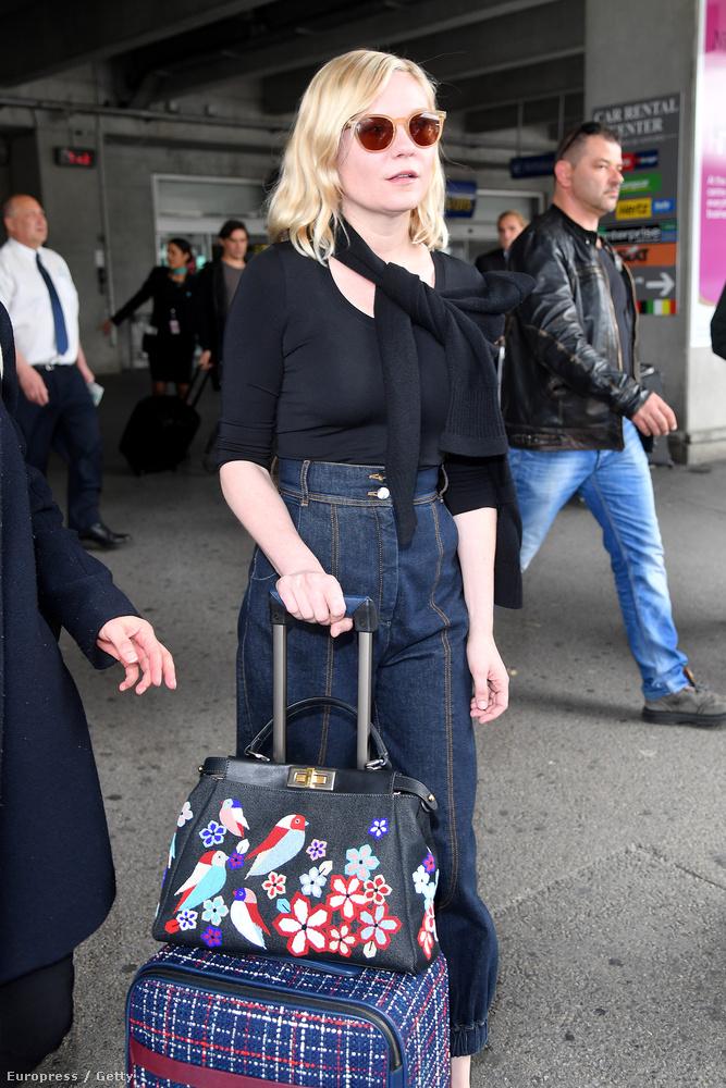 Azt, hogy elkezdenek szállingózni a hírességek a nizzai reptérre