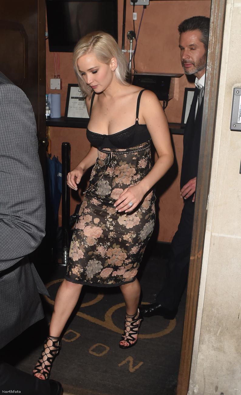 Jennifer Lawrence éppen Londonban jár, mert ott tartottak egy nagy vetítést az X-Men: Apokalipszisnek, amelyben ő is szerepel