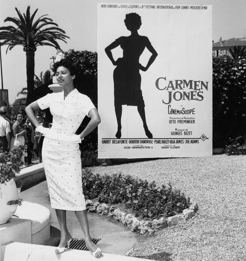 Dorothy Dandridge a plakátja előtt