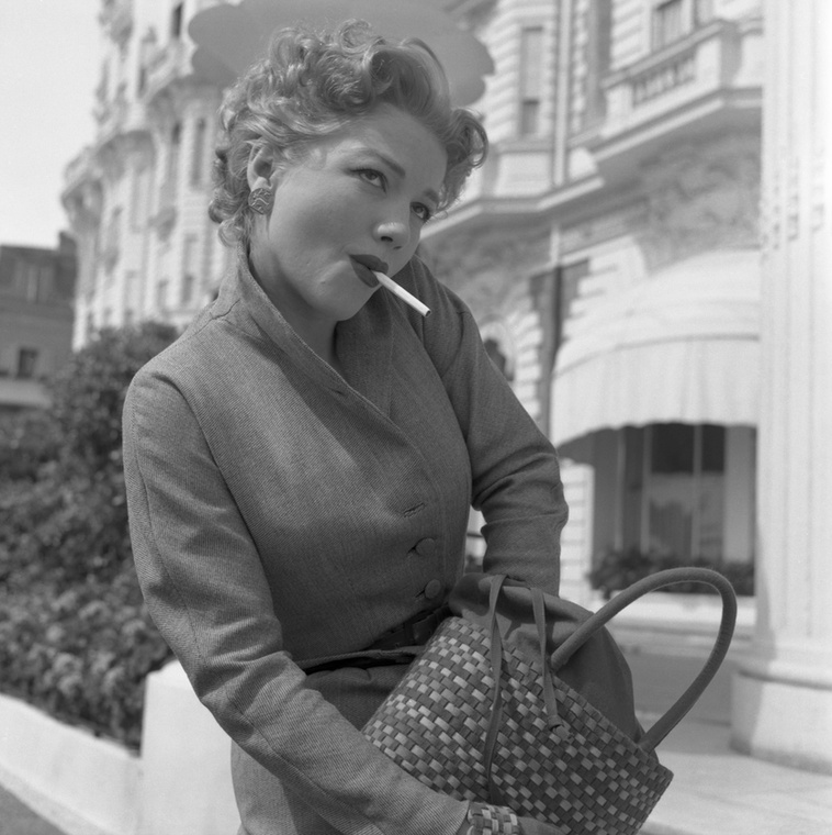 Még mindig 1953, Anne Baxter éppen tüzet keres
