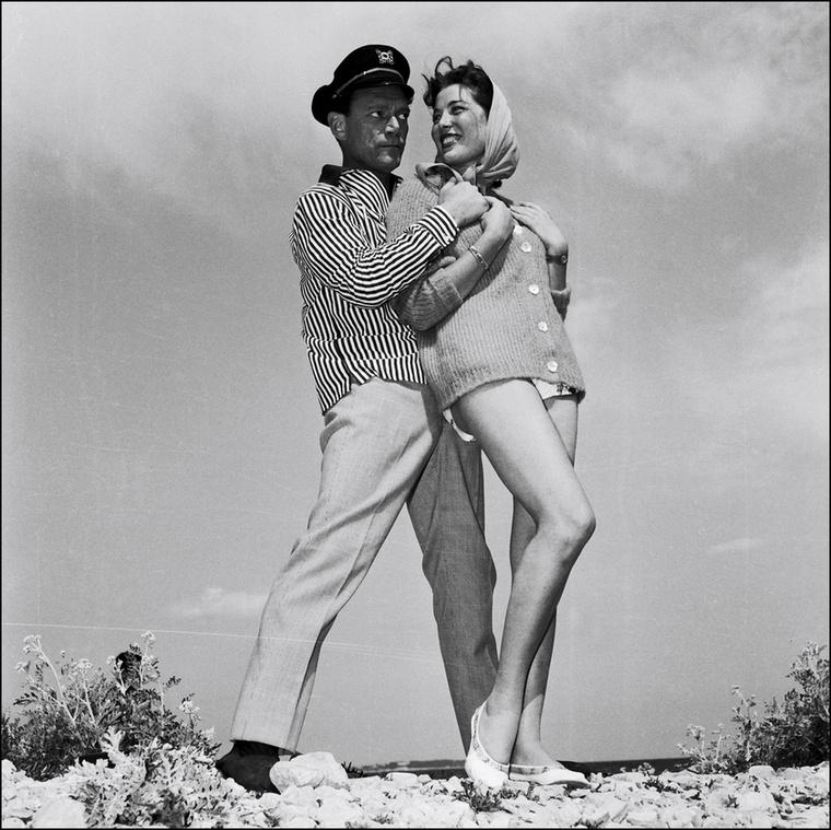 Eddie Constantine legemlékezetesebb szerepét az Alphaville-ben alakította, itt pedig egy névtelen színésznővel pózolgat (1957)