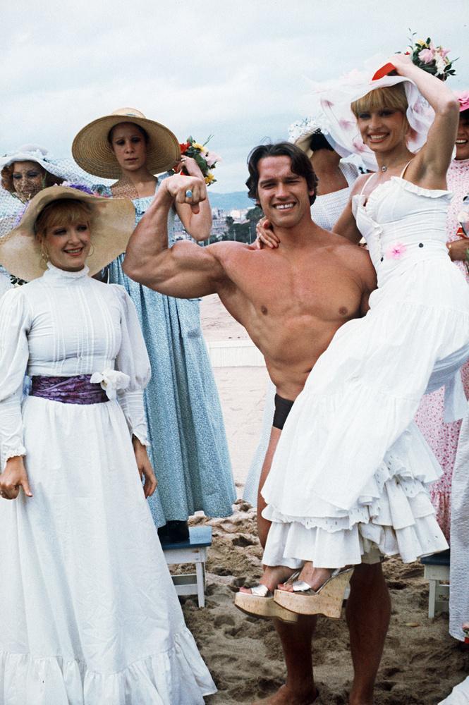 És igen, végre elérkeztünk Arnold Schwarzenegger ikonikus képéhez, amin igazi hölgyek között feszít