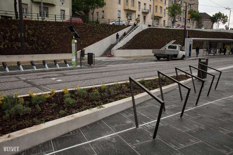 Az új Széll Kálmán téren van bringatároló, de legalábbis pár korlát, amihez akár 8-10 biciklit is ki lehet kötni