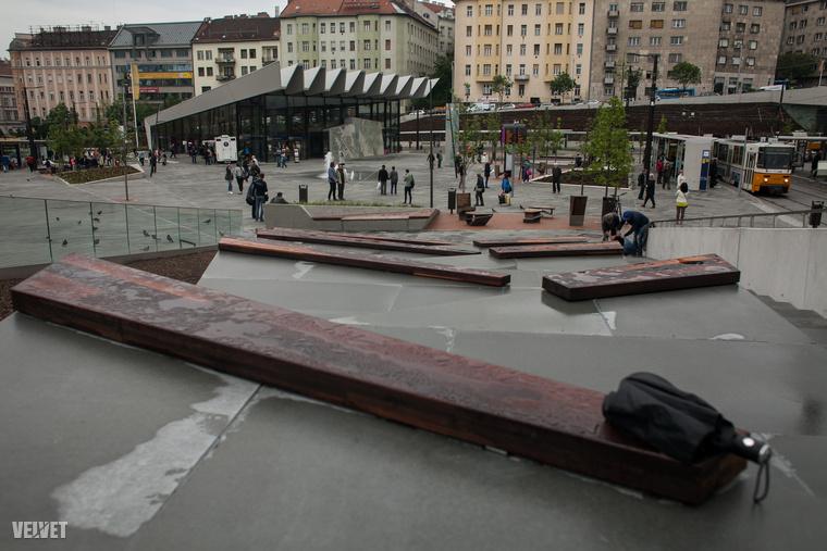 A téren több lett a beton és az olyan ülőhely, ahol nyáron a 45 fokban ropogósra lehet majd sülni