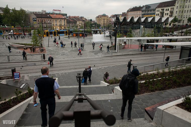 Hivatalosan még nem adták át a felújított Széll Kálmán teret, de a kordonok eltűntek, és a gyalogosok is birtokba vehették minden négyzetméterét.