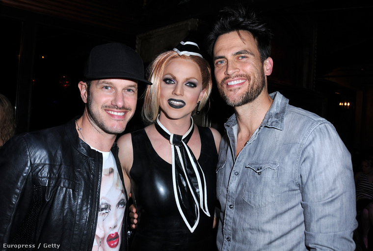 Courtney Act látható középen, ő férfiként nagy sikereket ért el az Australian Idol című tehetségkutatóban