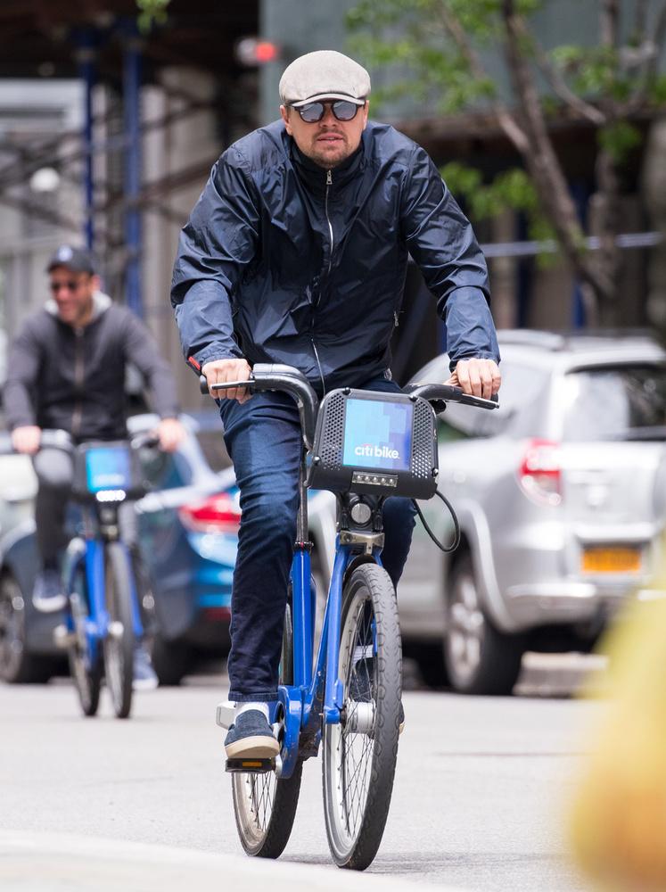 Jól áll neki a bringa.