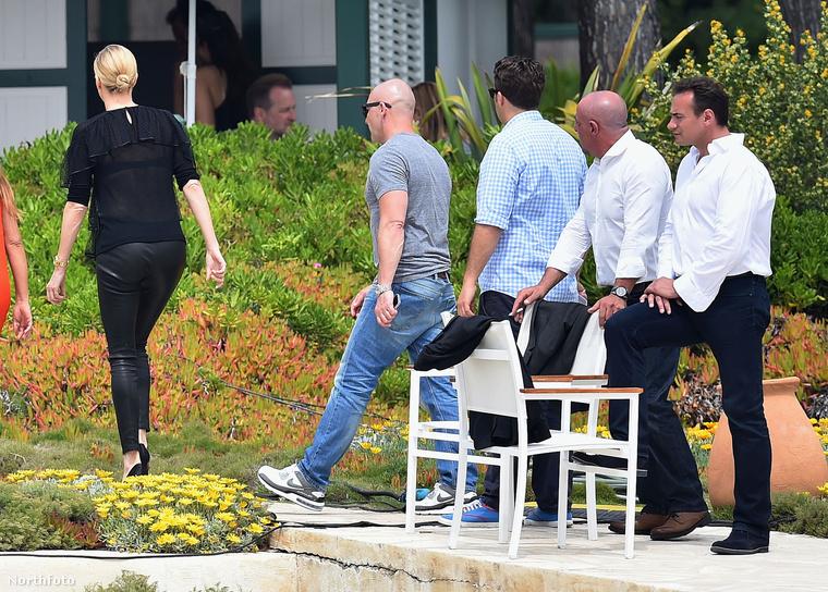 Ha már arra járnak a celebek, nemcsak estélyikben pózolgatnak: Charlize Theron interjút adott, amihez bőrnadrágban fotózták, ez pedig láthatóan lekötötte a környéken lévők gondolkodását.