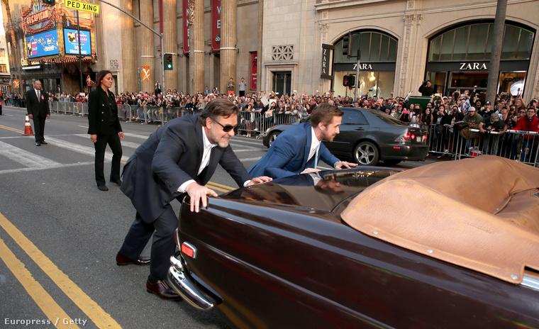 Russell Crowe és Ryan Gosling betolt egy autót a vörösszőnyegre, így reklámozva új filmjüket, a Nice Guyst.