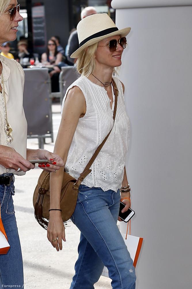 De hát nem lehet mindenki olyan laza, mint Naomi Watts - a színésznő még azt is megmutatta, mi van a csomagjában.
