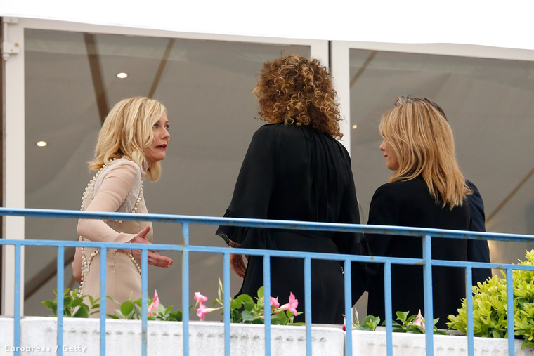 Más: tartottak egy szűk körű szeánszt a filvesztivál zsűrijének, ennek jegyében borozgatott együtt a teraszon Kirsten Dunst (világosban), Valeria Golino színész-rendező (középen), Vanessa Paradis (jobbszélen) és Mads Mikkelsen (takarásban).