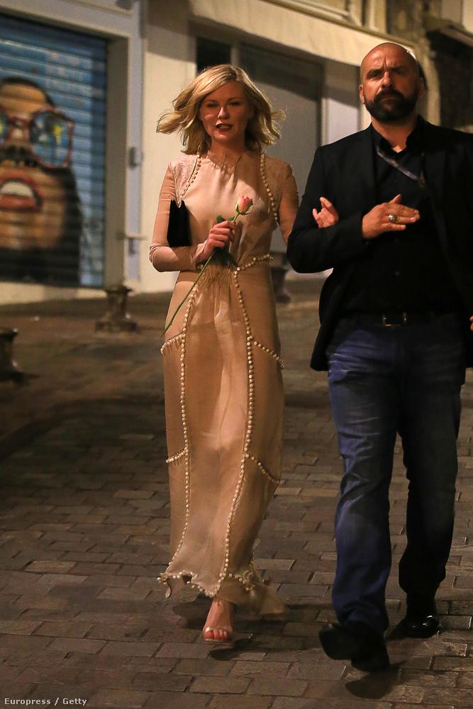 Tudják viszont, hogy ki sétálgatott a Cannes-i éjszakában, idillin? Kirsten Dunst.