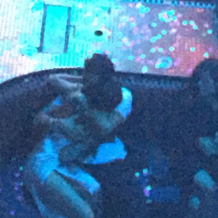 A 23 éves Gomez éppen Las Vegasban koncertezett, Bloom pedig egy legénybúcsút hagyott ott az énekesnő VIP asztaláért