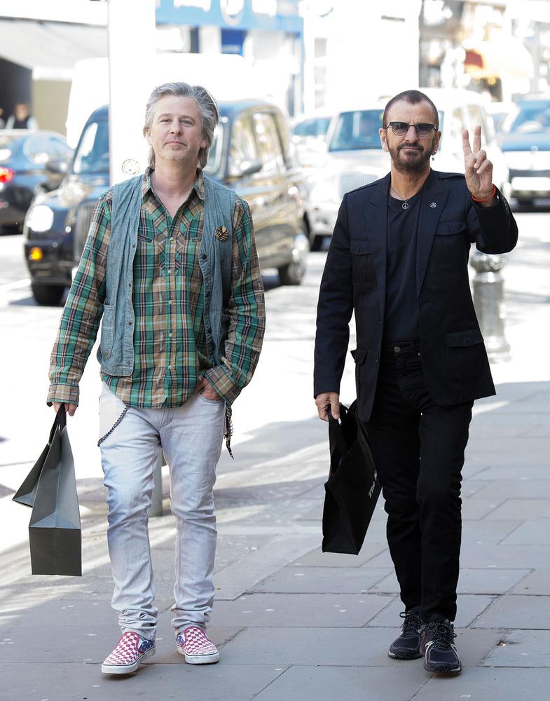 Ringo Starr hivatalosan lepipálta a fiát, tényleg fiatalabbnak tűnik a 48 éves Jason Starkey-nál