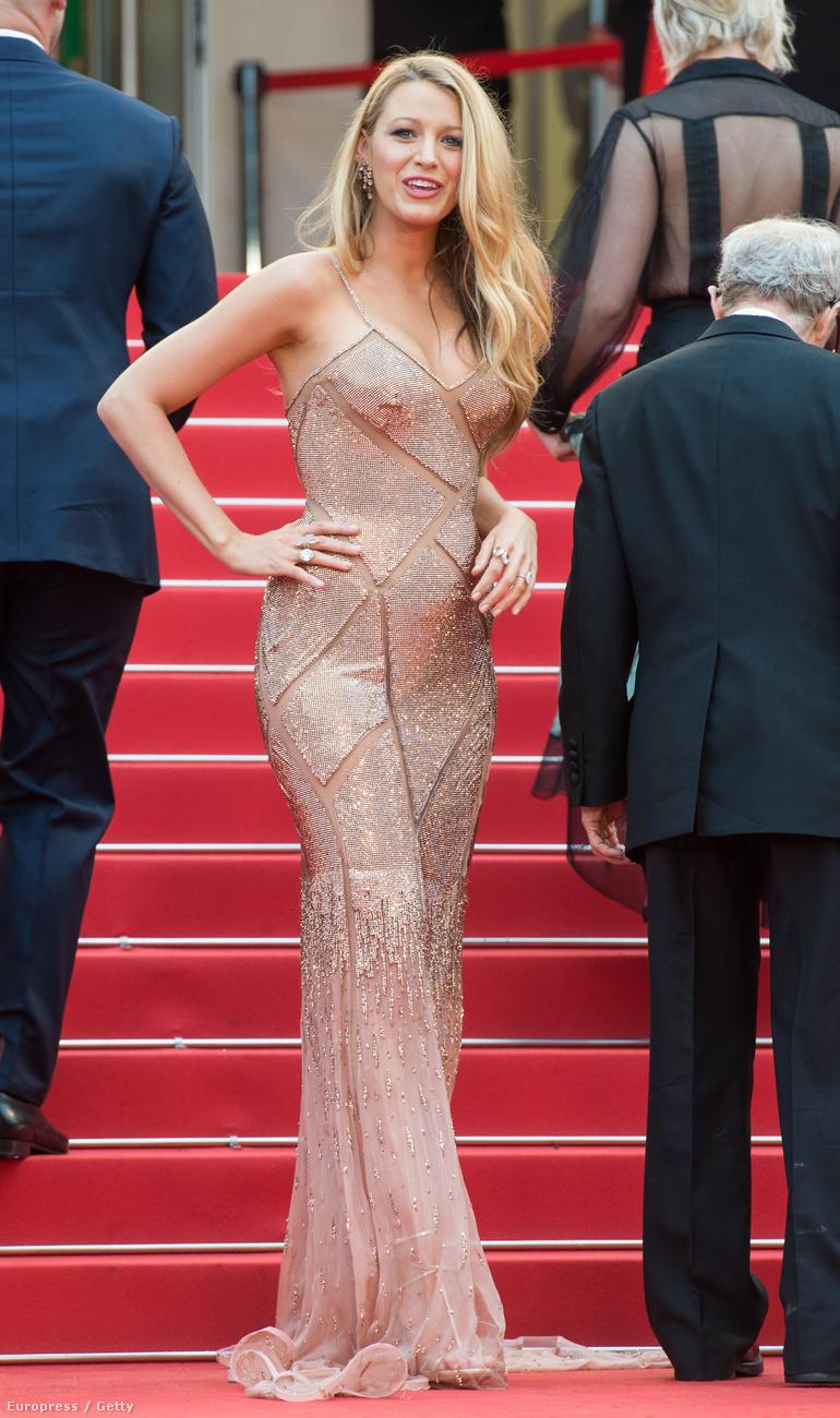 A gyönyörű Versace ruha alatt az ott egy kicsi terheshas