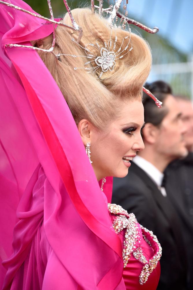 De most nem ez a fontos, nem a cannes-i elegancia és hírességek, hanem egy Elena Lenina nevű ismeretlen, ámde annál nagyobb hajú izé.