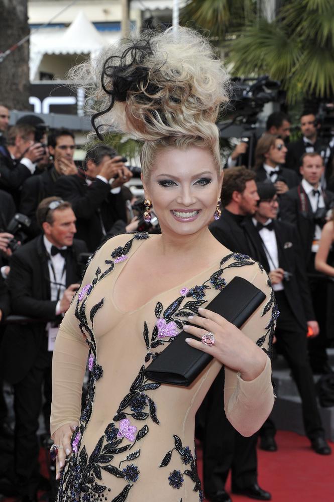 Elena Lenina egy orosz származású hölgy, elvileg realitykben szerepelt/szerepel, meg egy gazdag francia üzletember felesége