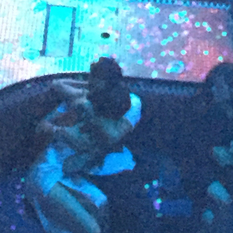 Ugye nem is látja, hogy mit kell nézni ezen a képen?Selena Gomez és Orlando Bloom ölelkezett egy Las Vegas-i klubban