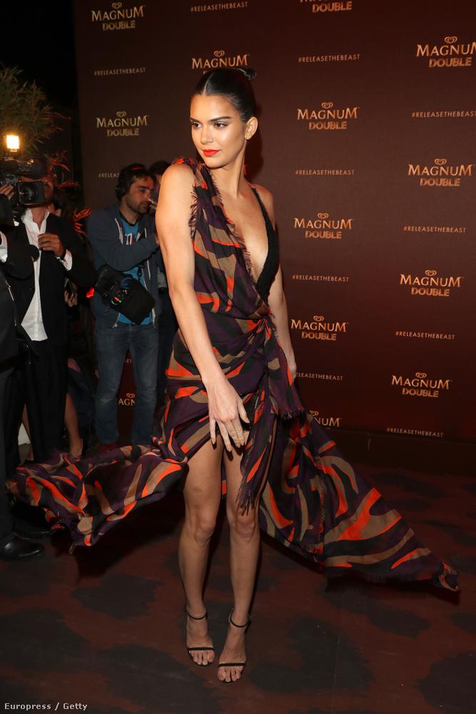 Pláne, ha a Barack Obama szerint is aranyosKendall Jenner pörgeti a szoknyáját a Magnum plázson.