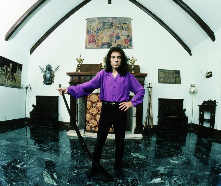 Ronnie James Dio a kicsit sem hivalkodó házában.