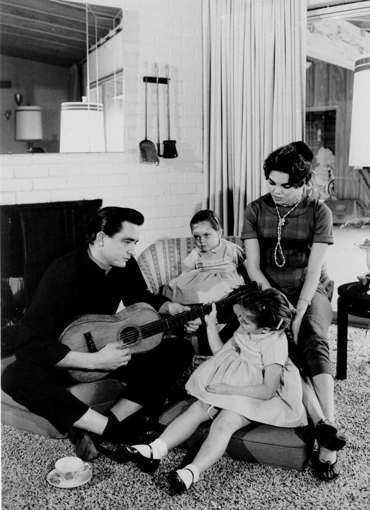 Johnny Cash a családjának zenél.