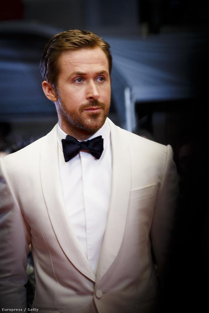 Ryan Gosling annyira tökéletesen festett ebben a fehér szmokingban,