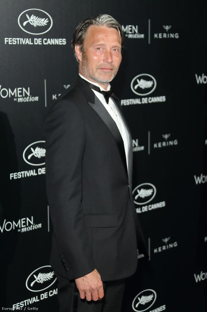 Ahogy már bizonyára tudják (mert nem szégyelltük szóvá tenni), Mads Mikkelsen az idei Cannes-i Filmfesztiválon a fesztiválzsűri tagja, emiatt pedig sokszor lefotózzák az eseményen.
