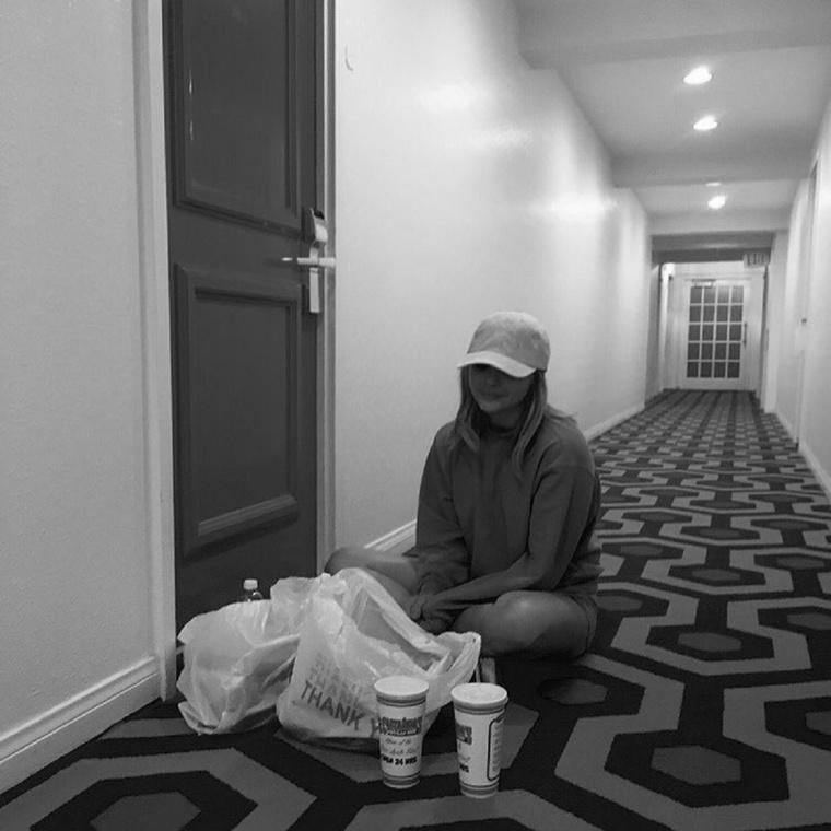 Ez pedig egy kép Moretzről a kajával a lábai előtt