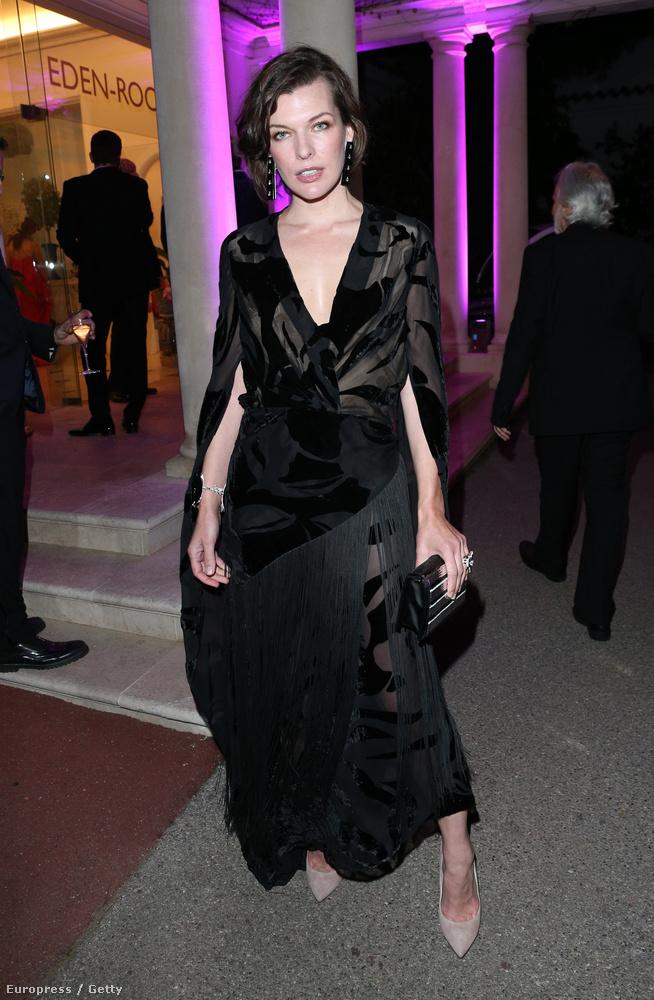 Milla Jovovich szupermodell évek óta megállt az öregedésben, most is káprázatosan néz ki, pedig még a melleit sem tette közszemlére, nem úgy, mint kolléganői