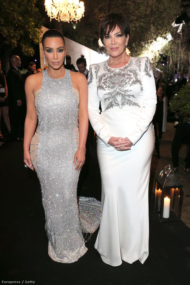 Alapvető meggyőződésünk, hogy a Kardashian-realitycelebklán adja korunk legtúlértékeltebb hírességeit, de most muszáj négy képet szentelnünk nekik, ugyanis felütötte a fejét egy elmélet, miszerint a bal oldalon látható Kim Kardashian (mellette édesanyja, Kris Jenner látható) egy titkosügynök, akinek célja a nők, illetve általában a fiatalok megrontása