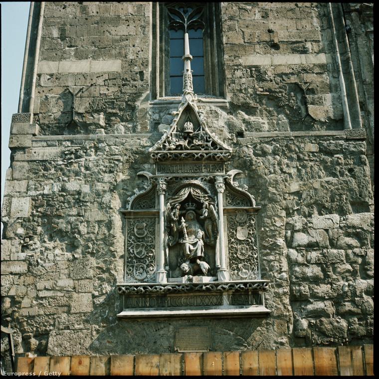 Ez itt a középkori jezsuita rendház oldala, amit beépítettek a Hilton Szállóba