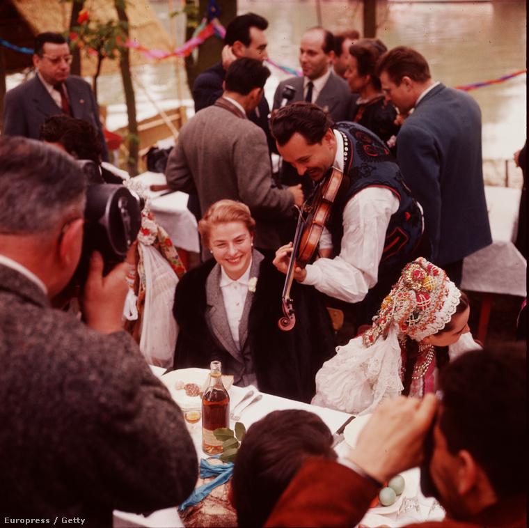 Ő pedig Ingrid Bergman, egy magyar esküvőn, állítólag Budapesten