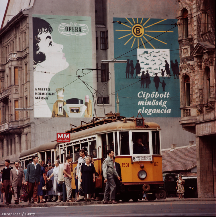 Ez a kép a Rákóczi úton, az Akácfa utca sarkán készült, a villamos mögött tátongó luk helyén pedig most egy hatalmas üvegépület áll