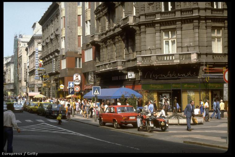 Váci utca és a Kígyó utca sarka, amikor a Váci utcában még autók jártak