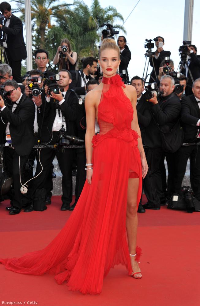 Rosie Huntington-Whiteley-t láthatják, aki modell, és Jason Statham menyasszonya.