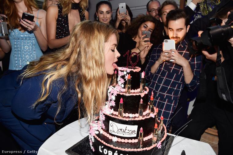 Igaz, egy hajszálnyival érdekesebb élethelyzetbe került Doutzen Kroes, ugyancsak a kozmetikumgyártó reklámarca: legalább megnyalhatott egy tortát