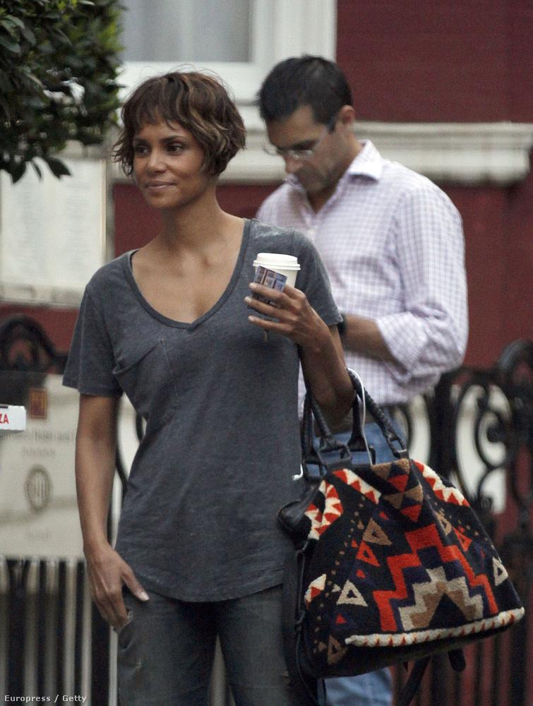 Halle Berry egy londoni hotel előtt sétálgatott, talán pont a reggeli kávéjával, amikor egy fotósnak sikerült rögzítenie a momentumot.