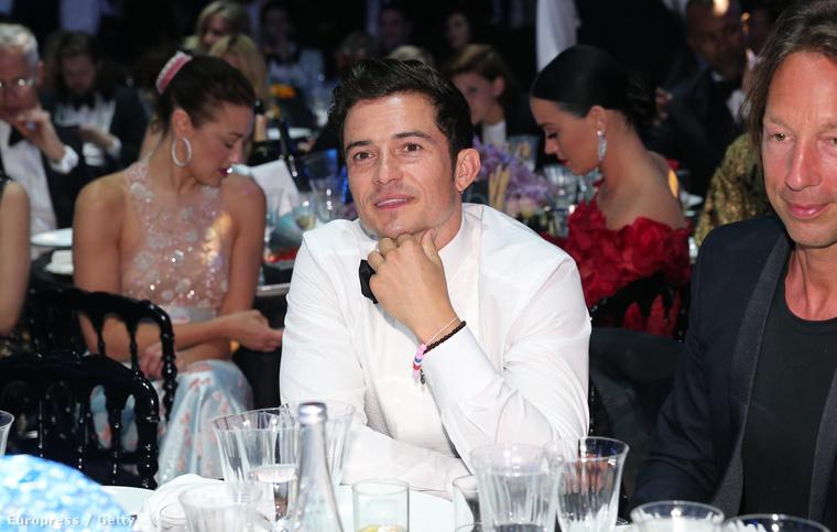 A kép közepén Orlando Bloom színész látható, aki éppen Katy Perry énekesnővel jár, de valamiért külön ültették őket