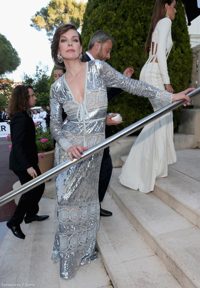 Milla Jovovich a megérkezésekor ebben a korlátban kapaszkodott meg - megértjük, ekkorra már legalább hatszáz fotóhoz pózolt
