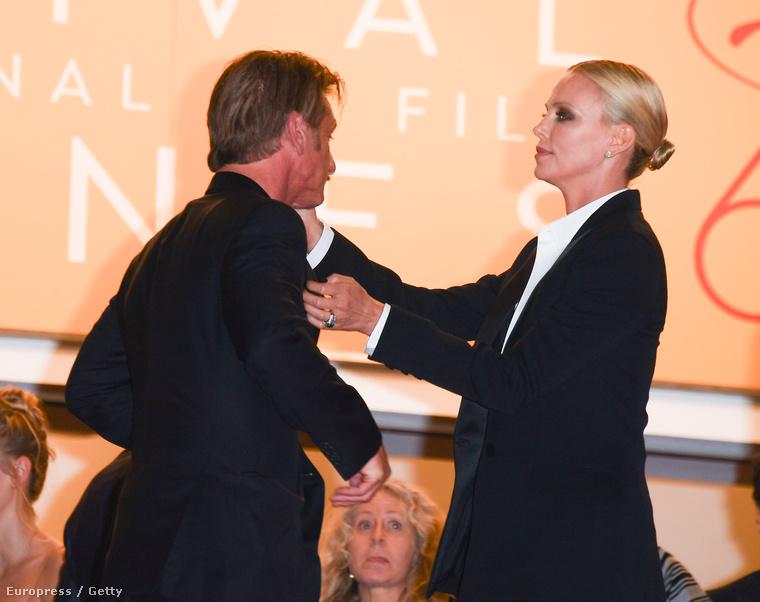 Minden szem Sean Pennre és Charlize Theronra szegeződött Cannes-ban, a volt jegyespár a kamerák kereszttüzében                           ölelte meg egymást
