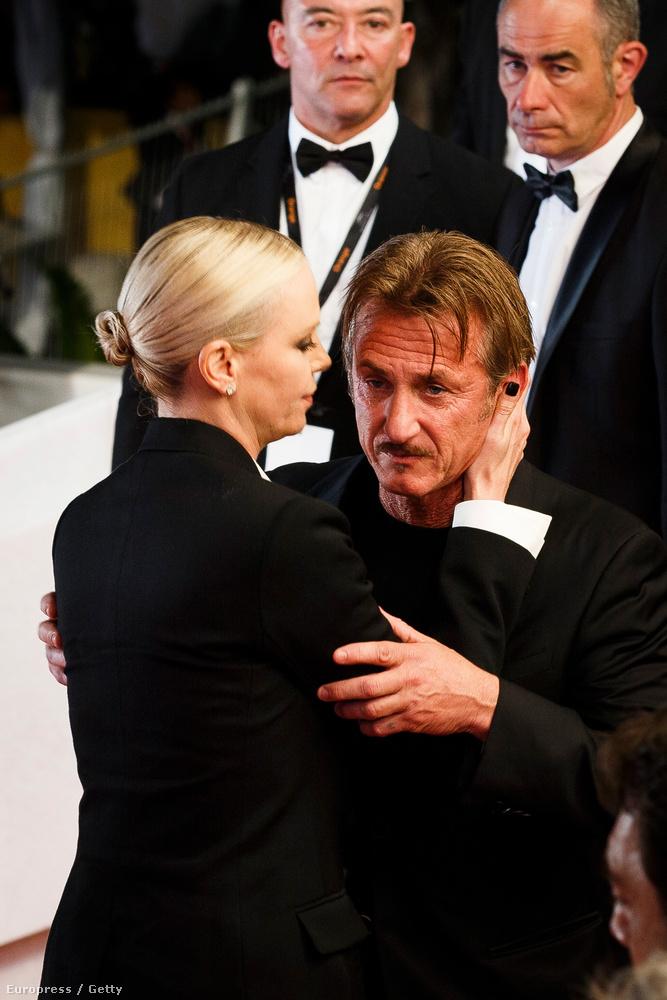 Charlize Theron odalépett, és tarkón ölelve húzta magához Pennt.