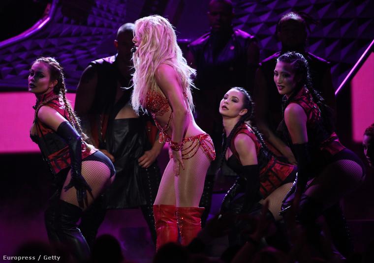 Persze voltak táncoslányok is, de Britney Spears mellett ezen az estén nem lehetett villogni.