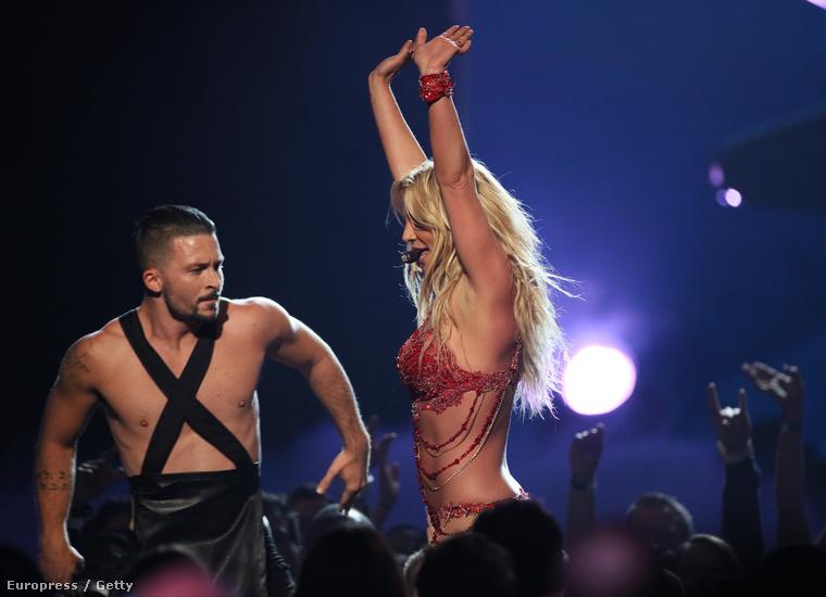 Bármire is készül az énekesnő, csak a tökéletes testét lehet bámulni, és ezt az úr is bizonyítja.
