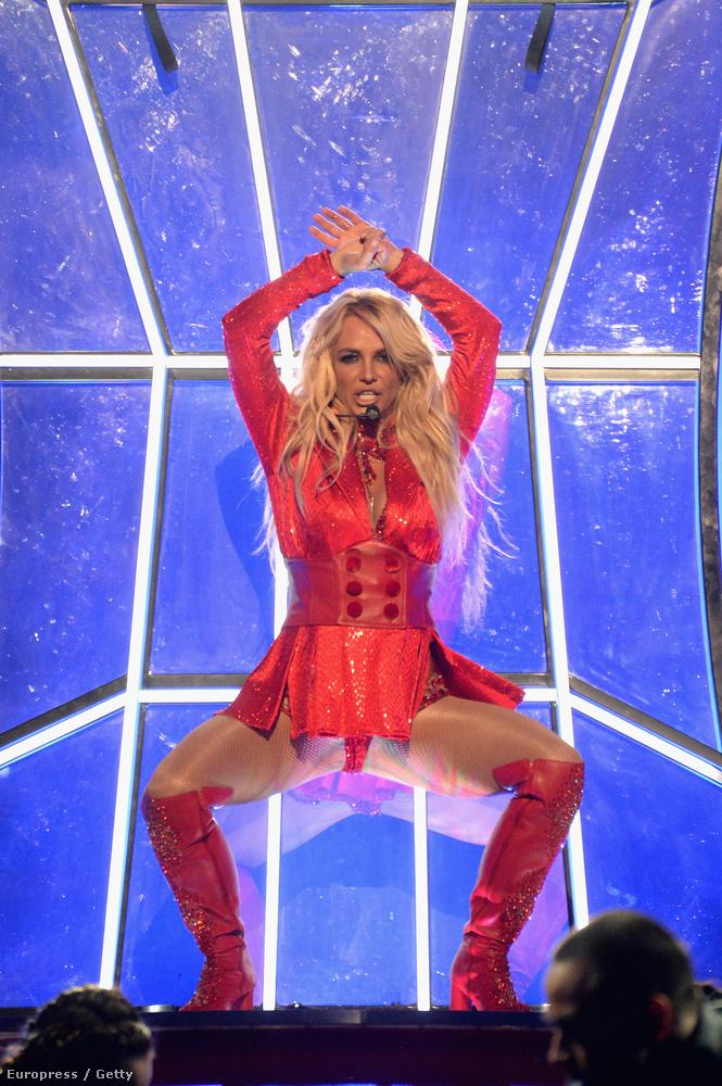 Az énekesnő különösen jó formában van, most már látjuk, hogy egyrészt mire gyúr hónapok óta, másrészt, hogy milyen jó hatással vannak rá a folyamatos táncos fellépések Las Vegasban.